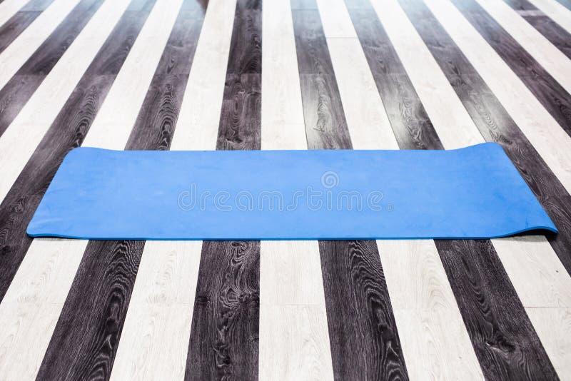 Idrottshall med den matta inre för yoga royaltyfri bild