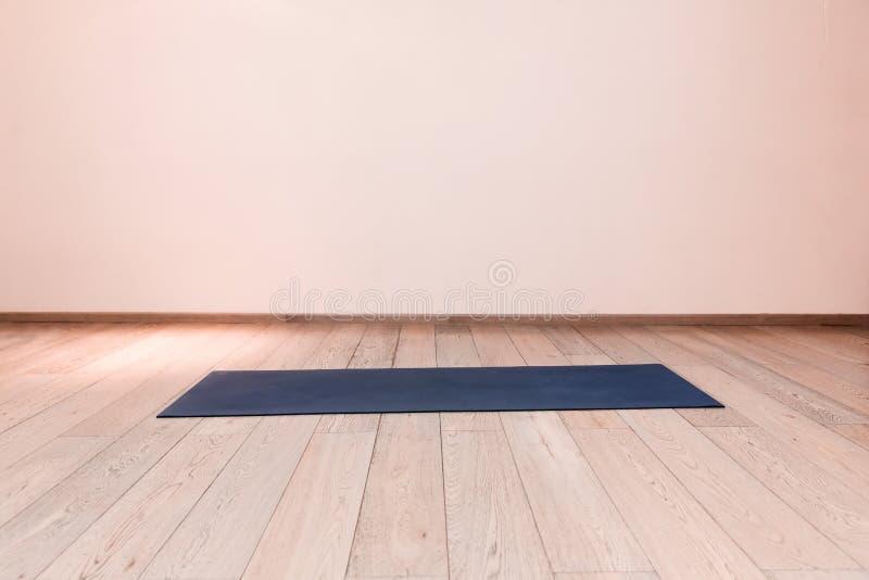 Idrottshall med matt yoga royaltyfri fotografi