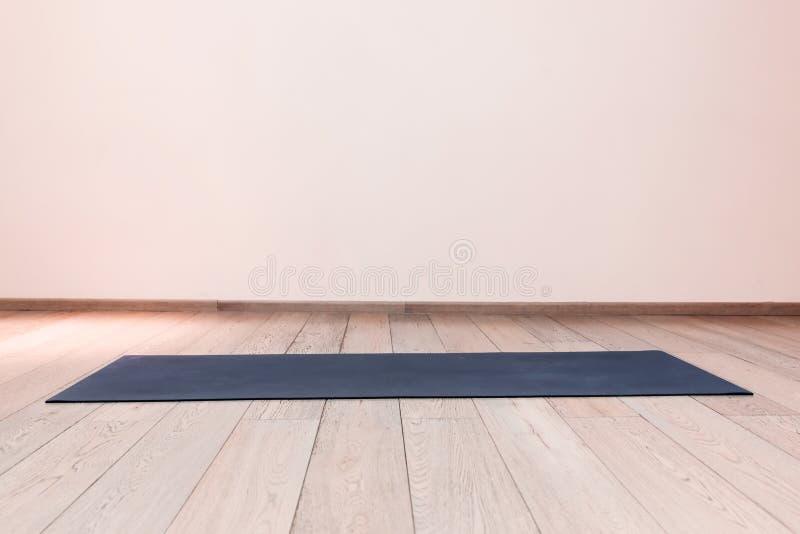 Idrottshall med matt yoga arkivbild