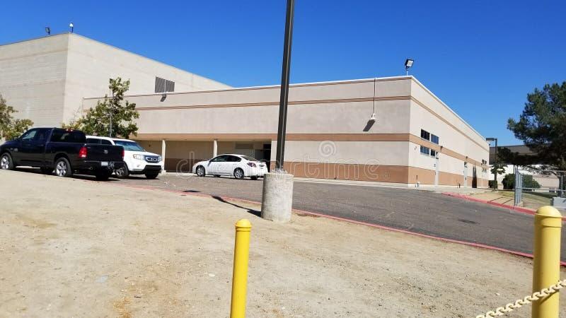 Idrottshall och parkeringsplats för hög skola arkivbild