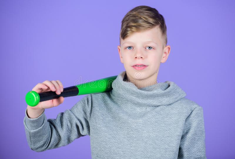 Idrottshallgenomkörare av den tonåriga pojken barnidrottsman Kondition bantar kommer med hälsa och energi Basebollspelare med sla royaltyfria bilder