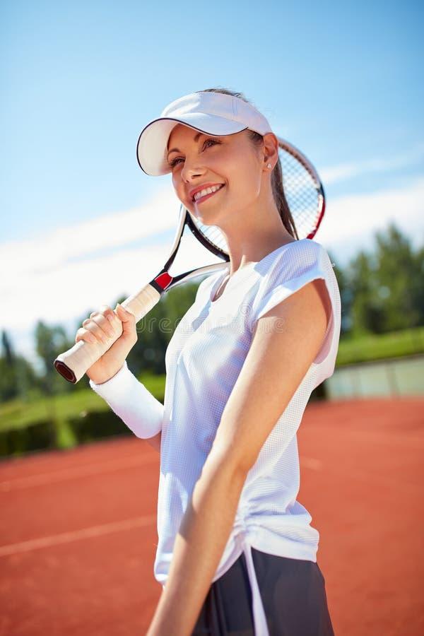 Idrottskvinna på tennisbanan arkivbild