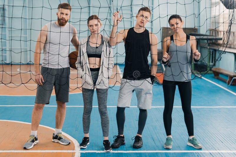 Idrottsmän och idrottskvinnor som ser till och med netto royaltyfria bilder