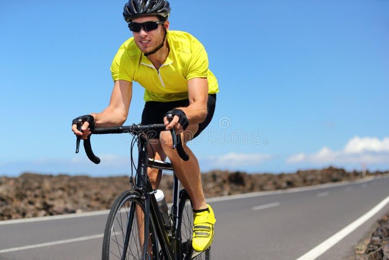 Idrottsman nen för sport för man för vägcykelcyklist som utbildar cardio genomkörare på att springa cykeln Manlig cyklist som cyk arkivfoto