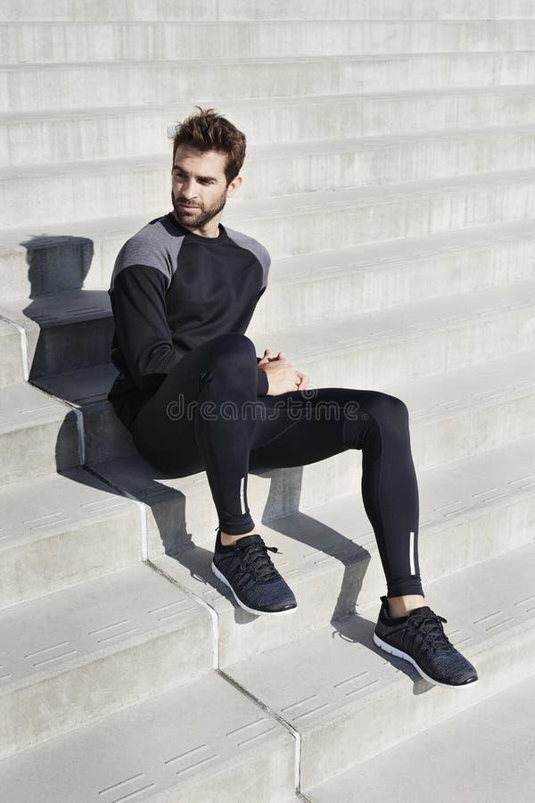 Idrottsman nen i svart sportswear arkivfoto