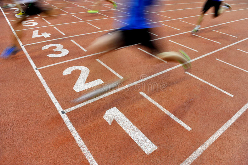 Idrottsman nen korsar mållinjen arkivbild