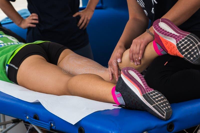 Idrottsman nen muskelmassage efter sportgenomkörare arkivbilder