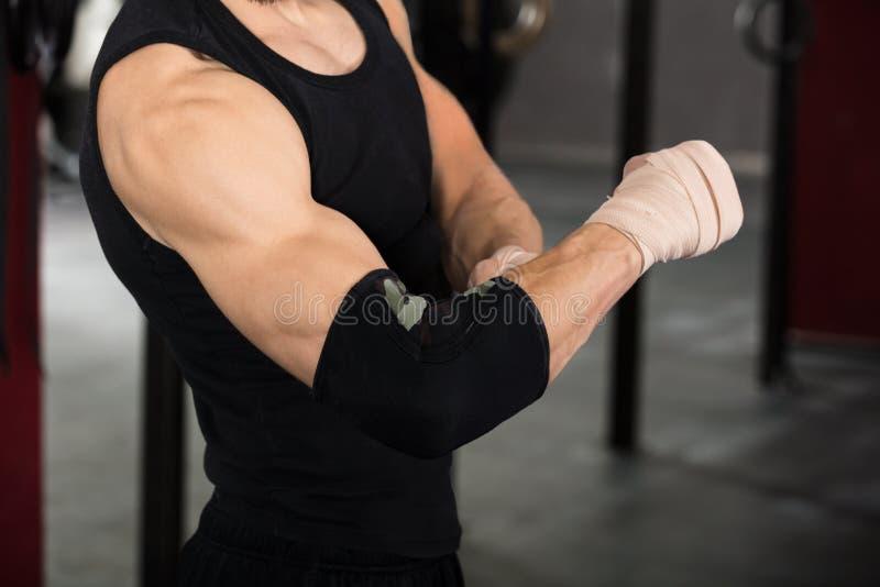 Idrottsman nen Person Wearing Bandage On Elbow royaltyfri fotografi