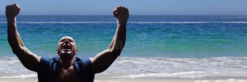 Idrottsman nen som firar på stranden royaltyfri fotografi