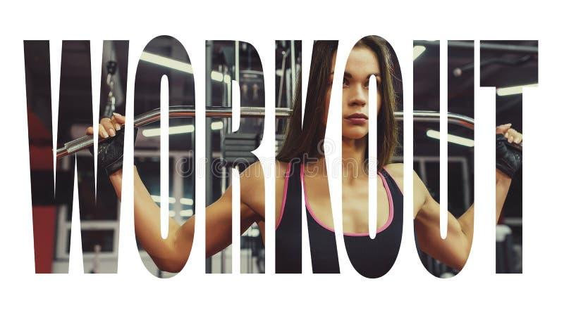 Idrottsman nenflicka i sportswear som utarbetar och utbildar henne armar och skuldror med övningsmaskinen i idrottshall Motivatio royaltyfri foto