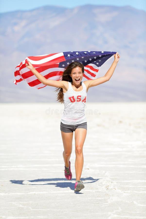 Idrottsman nenkvinna med amerikanska flagganspring royaltyfri bild