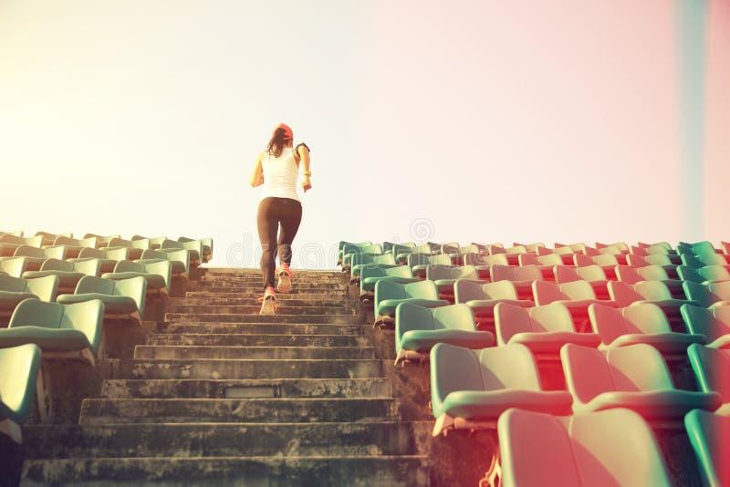 Idrottsman nenspring på trappa begrepp för wellness för genomkörare för kvinnakondition jogga fotografering för bildbyråer