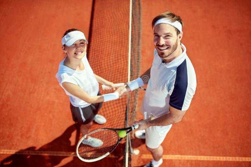 Idrottsman och idrottskvinna som skakar händer royaltyfri bild