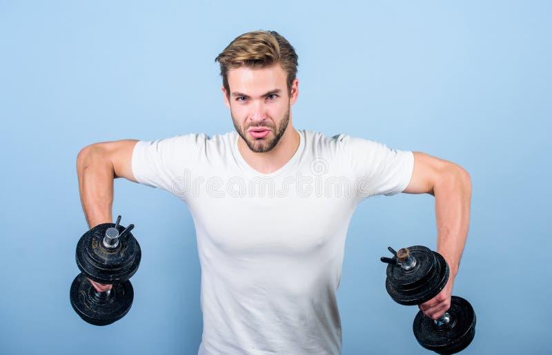 Idrottsman som utbildar starka muskler Sportutrustning Kondition- och bodybuildingsport Sportlivsstil Sportmotivation royaltyfri fotografi