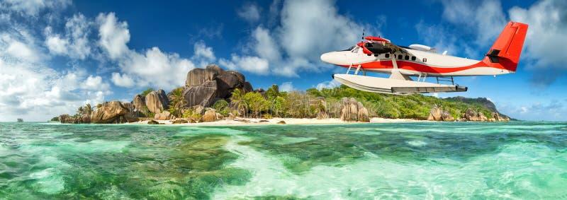 Idrovolante con l'isola delle Seychelles immagini stock
