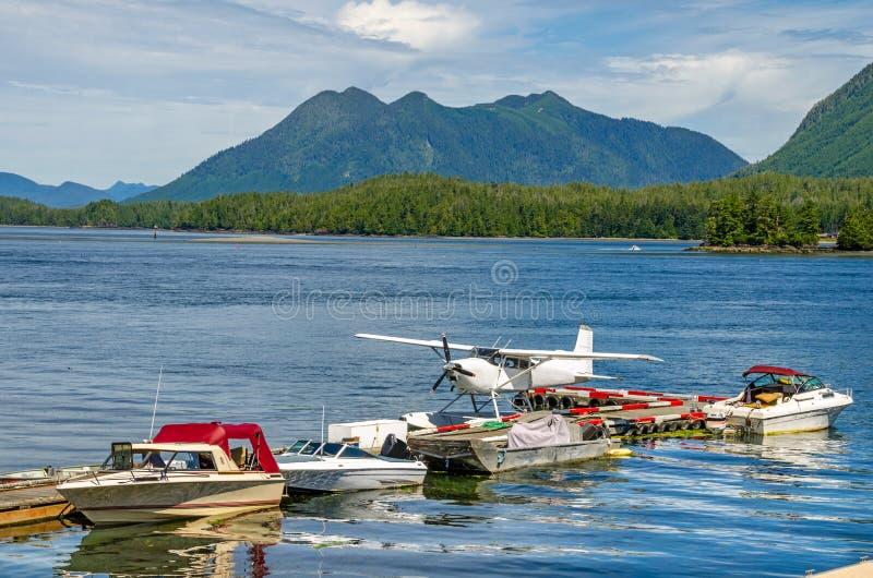 Idrovolante e barche attraccati ad un pontone di galleggiamento fotografia stock