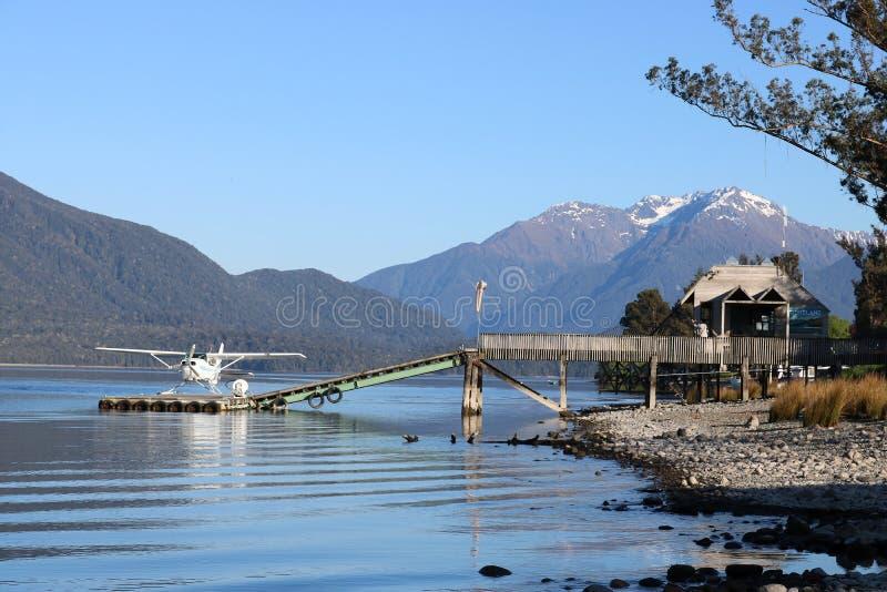 Idrovolante nel lago di galleggiamento Te Anau NZ della fase di atterraggio fotografia stock libera da diritti