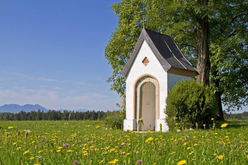 Download Idyl da capela foto de stock. Imagem de montanhas, pitoresco - 26511866