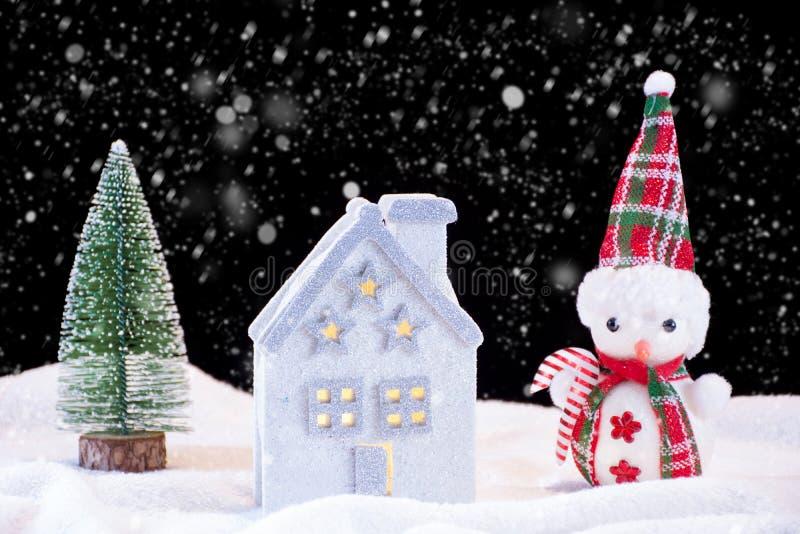 Idyll för julnatt med leksak- och snögubbe- och granträdet för litet hus arkivbild