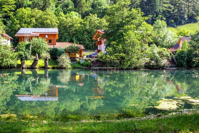 Idyllbygd med floden, grön natur Bayern, Essing arkivbild