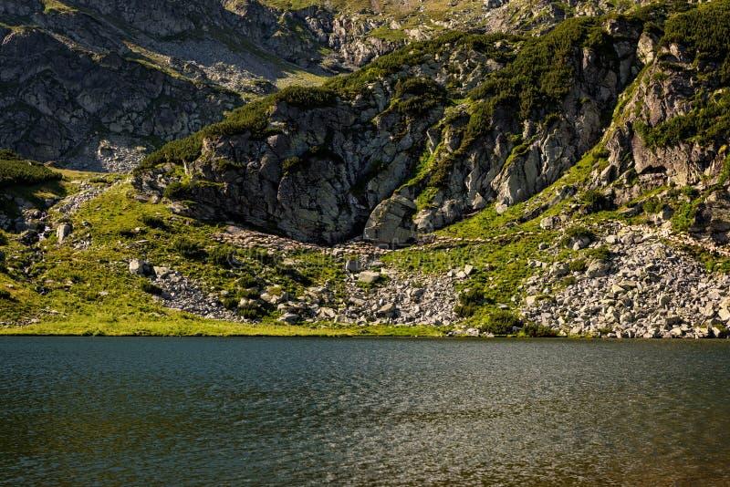 Idyllica góry krajobraz z caklami i jeziorem zdjęcia royalty free