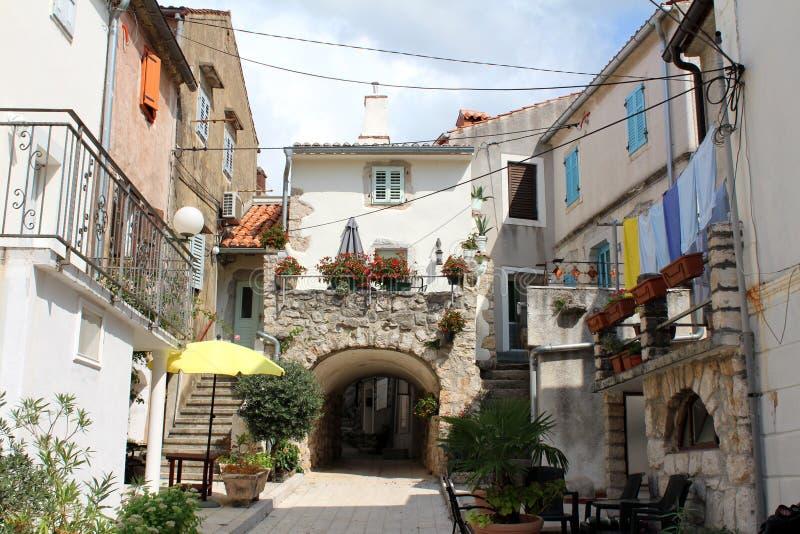 Idylliczna sceneria stara część Śródziemnomorski miasteczko z wąską ulicą otaczającą z starymi domami z drewnianymi nadokiennymi  fotografia royalty free