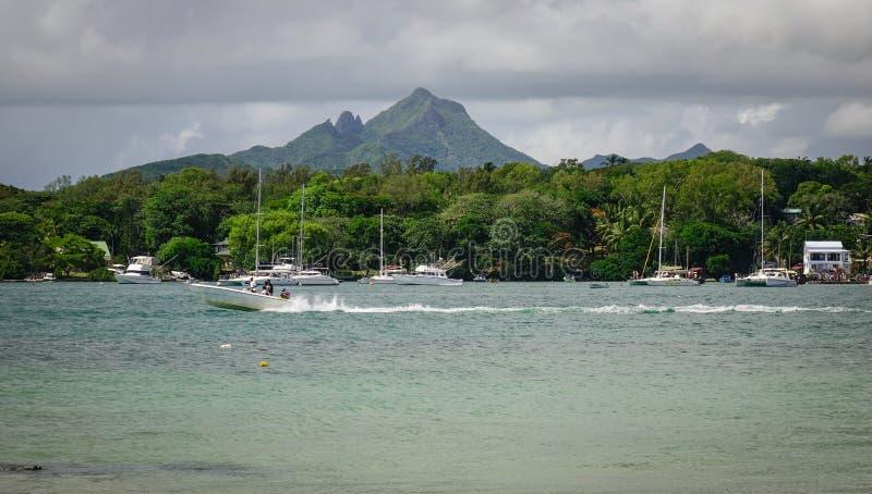 Idylliczna tropikalna morza i turkusu woda fotografia stock