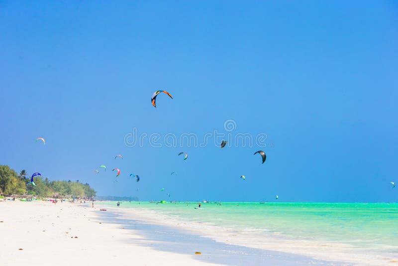 Idylliczna tropikalna plaża z białym piaskiem, turkusową ocean wodą i pięknym kolorowym niebem, obraz royalty free