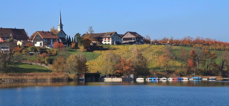 Idylliczna wioska Seegraben w jesieni Łodzie rybackie na jeziornym Pfaff obraz stock