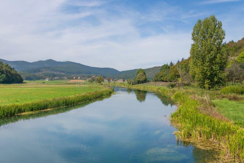 Idylliczny krajobrazowy widok riverbanks gacek w środkowym Croatia fotografia stock