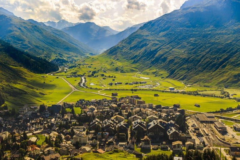 Idylliczny lato krajobraz w Alps z świeżą zielenią obraz royalty free