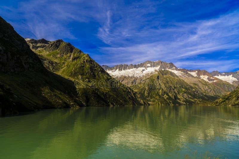 Idylliczny lato krajobraz z jasnym halnym jeziorem obraz royalty free