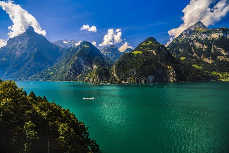 Idylliczny lato krajobraz z jasnym halnym jeziorem obraz stock