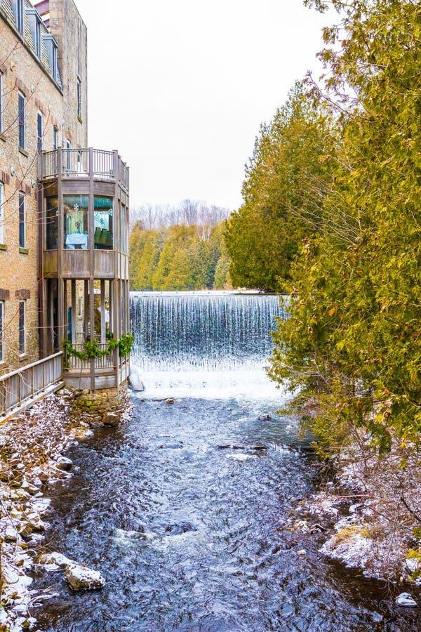 Idylliczny naturalny krajobraz, siklawa rzeczny pobliski budynek z balkonami fotografia royalty free