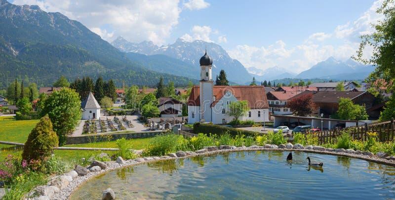 Idylliczny turystyczny miejsca przeznaczenia wallgau, mały staw z kaczkami, i zdjęcia royalty free