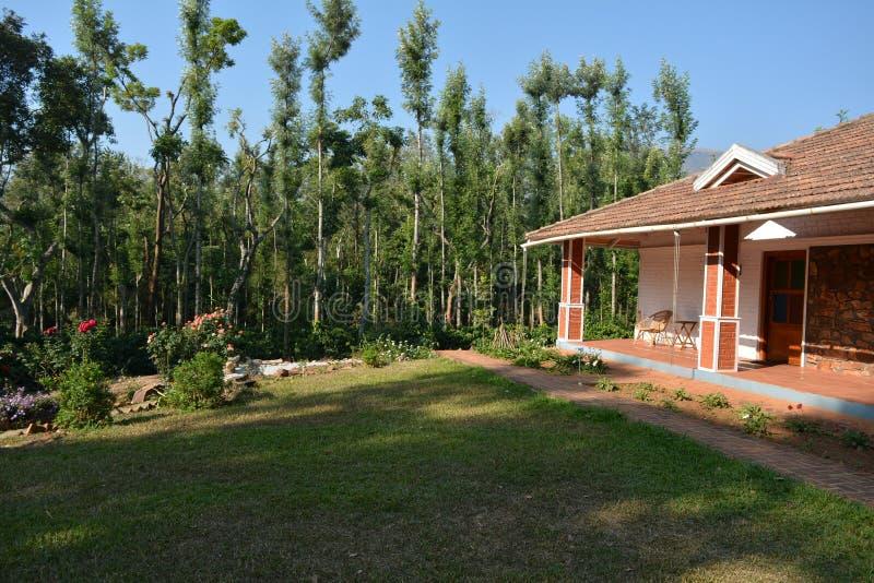 Idylliczny wakacje dom przeciw plantacji tłu fotografia stock