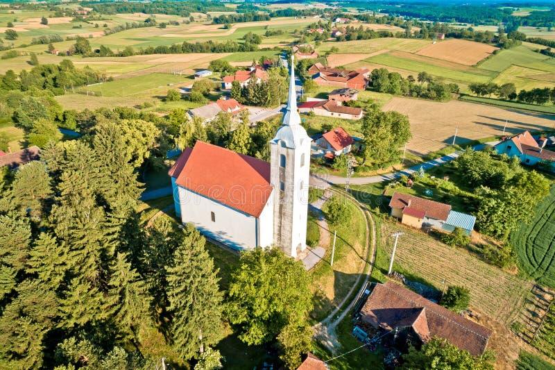 Idylliczny wiejski Chorwacja wioski kościół widok z lotu ptaka zdjęcia royalty free
