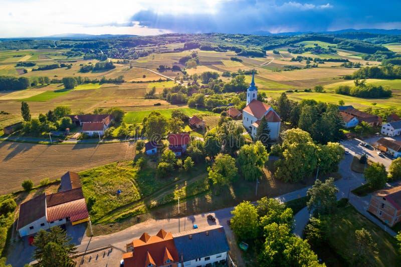 Idylliczny wiejski Chorwacja wioski widok z lotu ptaka fotografia stock