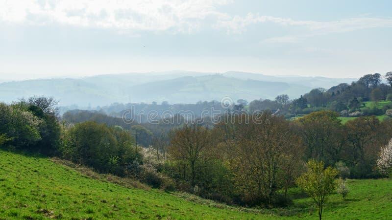 Idylliczny wiejski widok Angielskie patchwork ziemie uprawne i piękni otaczania w Devon, Anglia zdjęcie stock