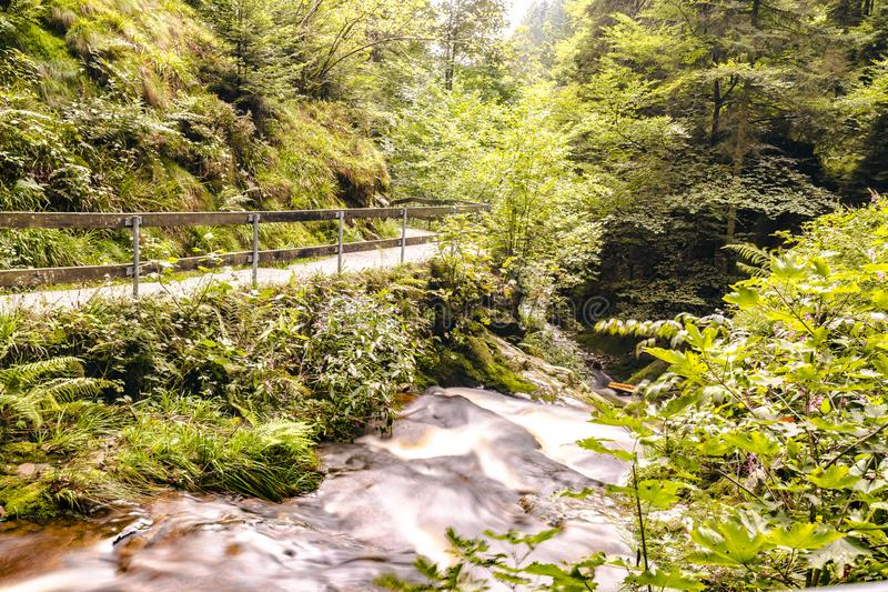 Idylliczny wodospad leśny w Arheiligen fotografia stock