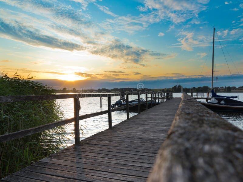 Idylliczny zachód słońca z drewnianym motylem w pobliżu Sieseby w Szlezwiku-Holsztynie zdjęcie stock