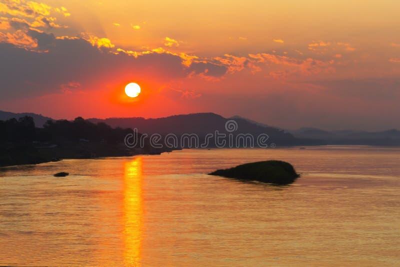 Idyllique crépusculaire de coucher du soleil avec l'ombre dans la soirée image stock