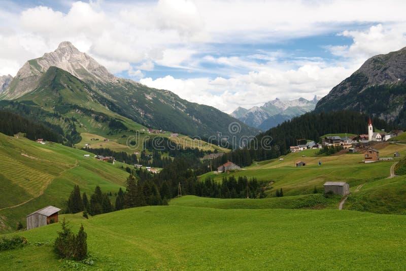 Idyllisch Alpien Dorp in Oostenrijk royalty-vrije stock foto's
