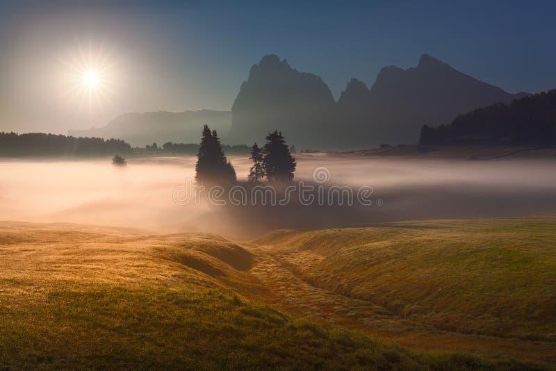 Idyllisch berglandschap tegen het zonlicht stock foto's