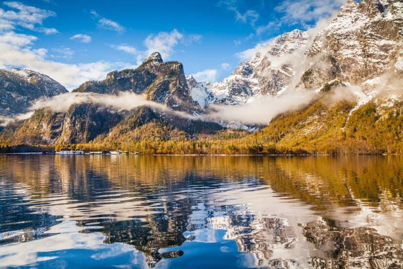 Idyllisch de herfstlandschap met bergmeer in de Alpen stock foto