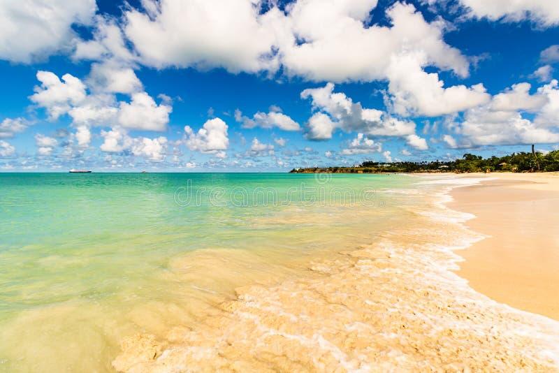 Idyllisch die strand in St John, Antigua en Barbuda, een land in de Antillen in de Caraïbische Zee wordt gevestigd royalty-vrije stock afbeeldingen