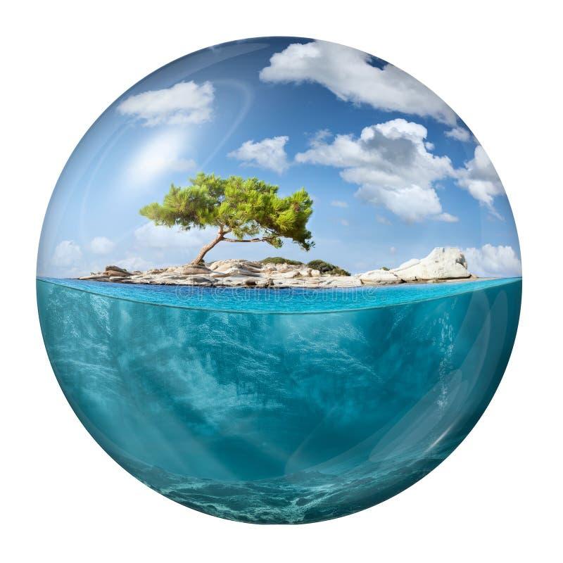Idyllisch klein eiland met eenzame boom als bol royalty-vrije stock foto