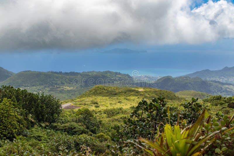 Idyllisch panorama van weelderige groene vegetatie en Caraïbische overzees in het tropische eiland Guadeloupe royalty-vrije stock fotografie