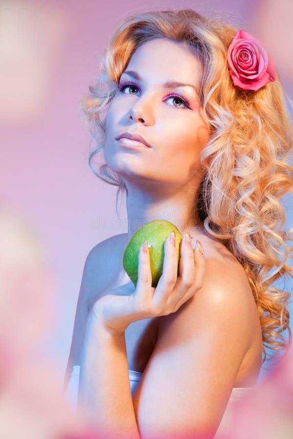 Idyllische Eva mit grünem Apfel lizenzfreie stockfotografie