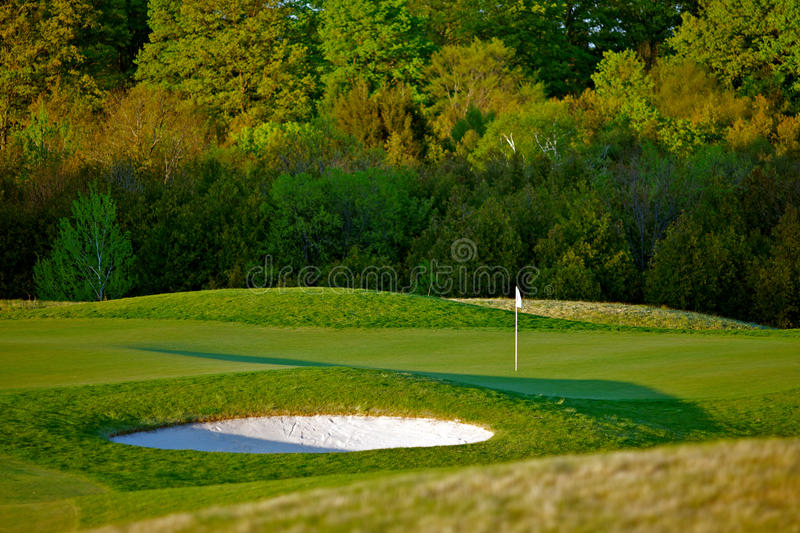 Idyllische Golfplatz-Loch-Szene lizenzfreie stockbilder